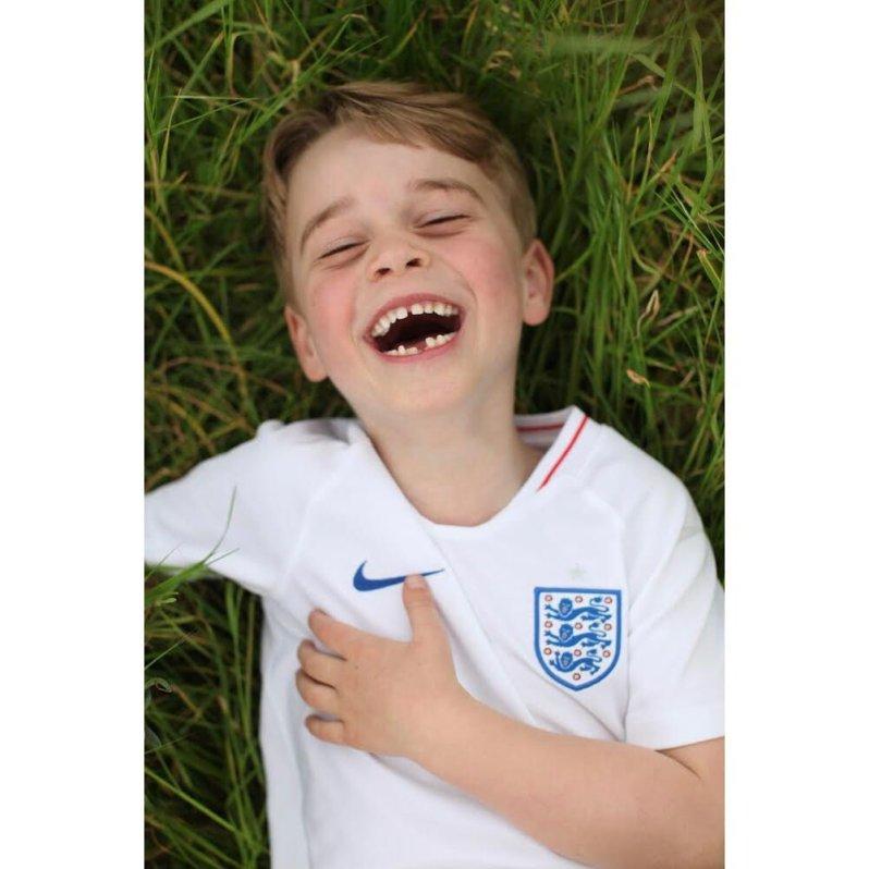 Was für eine niedliche Aufnahme: Prinz George liegt im Gras und lacht aus ganzem Herzen.  © Herzogin Kate, Kensington Palace
