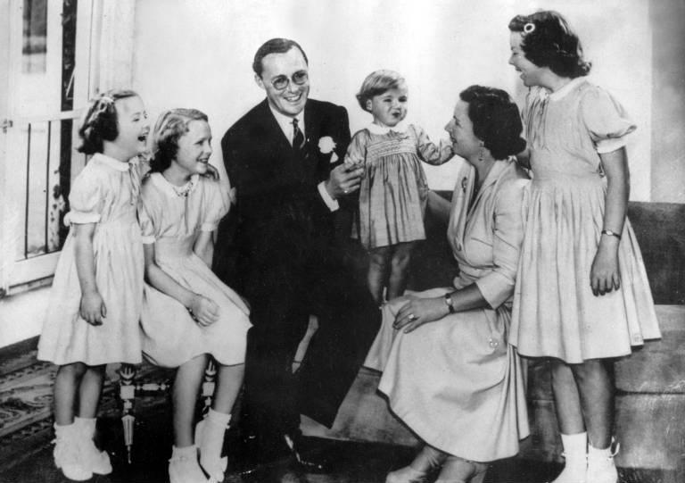 Prinz Bernhard und Königin Juliana mit ihren vier Töchtern. Der deutsche Adlige hatte in Wahrheit aber noch zwei weitere Kinder. ©imago images / ZUMA/Keystone