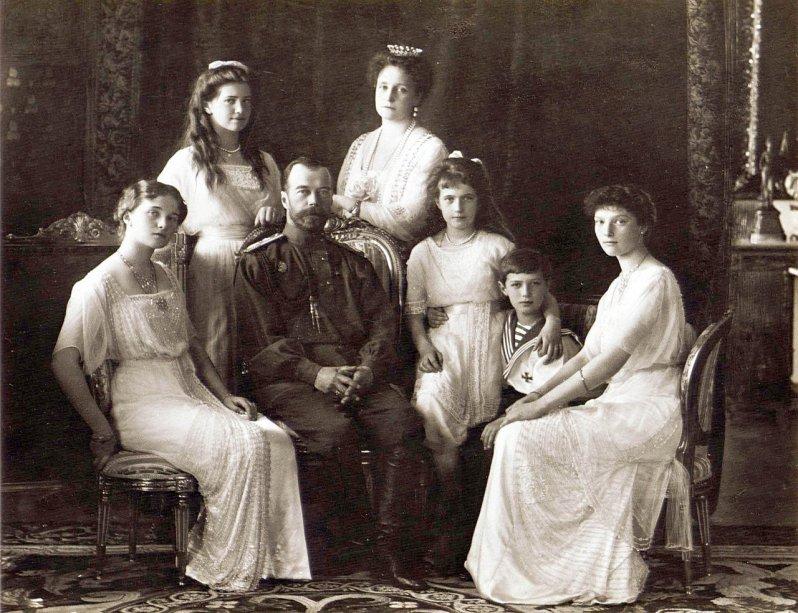 Zar Nikolaus mit seiner Frau Zarin Alexandra und den fünf Kindern Olga, Tatjana, Maria, Anastasia und Alexei. © GEmeinfrei