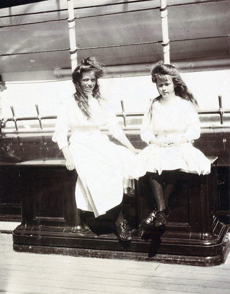 Anastasia und ihre zwei Jahre ältere Schwester Maria sahen sich zum Verwechseln ähnlich. Deswegen war lange unklar, wessen Leiche beim Rest der Familie gefunden wurde. © Gemeinfrei