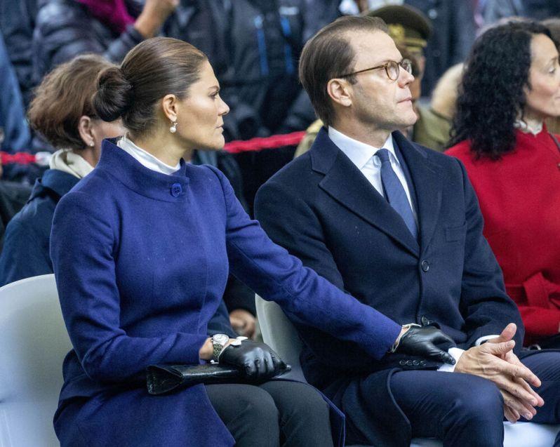 Tief bewegt, greift die Schwedin nach der Hand von Prinz Daniel. Auch er kämpft mit seinen Emotionen.  © imago images / PPE