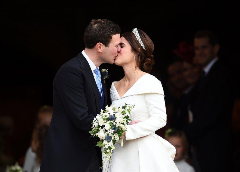 Einer der Höhepunkte der königlichen Hochzeit: Der Kuss von Prinzessin Eugenie und Jack Brooksbank vor der Georgskapelle. © Bildallianz / Photosho