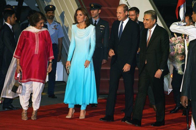 Tag 1: Das Paar wird am Flughafen von Außenminister Shah Mehmood Qureshi und seiner Frau Mehriene Qureshi begrüßt. Herzogin Kate trägt ein maßgeschneidertes, türkisfarbenes Kleid mit passenden Hosen.  ©picture alliance / empics