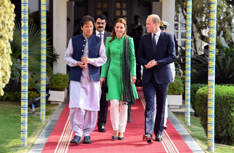 """Tag 2: Herzogin Kate und Prinz William besuchen den pakistanischen Premierminister Imran Khan in seiner Residenz. Die dreifache Mutter trägt einen grünen Tunika-Mantel von """"Catherine Walker"""".  © picture alliance / empics"""