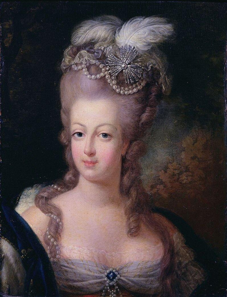 Am 2. August 1793 wurde Marie-Antoinette, die letzte Königin von Frankreich, ins Gefängnis gebracht. Ihr Mann war bereits guillotiniert worden, ihre Kinder hatte man ihr weggenommen. Über ihre Schicksal hatten politische Abmachungen und Machtkämpfe schon im Vorhinein entschieden. Die Dokumentation entschlüsselt die Hintergründe des Prozesses.  © Gemeinfrei