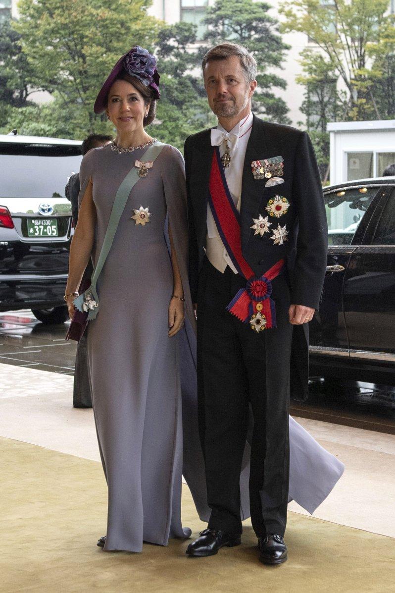 Kronprinzessin Mary erschien in einem grauen Robe mit langem Cape. Hut und ihre Handtausche in der Farbe Aubergine sind stimmig zu ihrem Kleid.  © picture alliance / AP Images