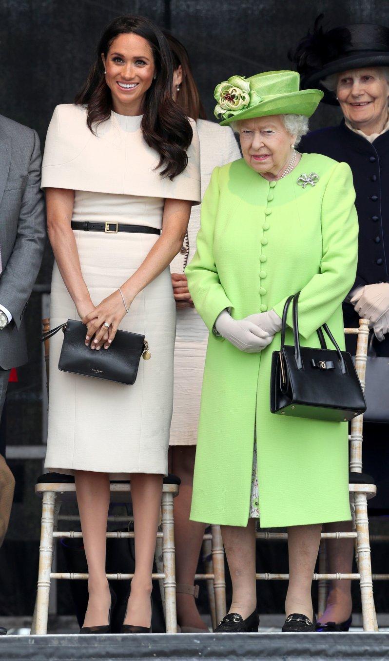 Eine ungeschriebene Regel besagt, der Queen nicht die Show zu stehlen. Während die Königin in Neongrün leuchtet, setzt Herzogin Meghan auf dezentere Töne.  © picture alliance / empics