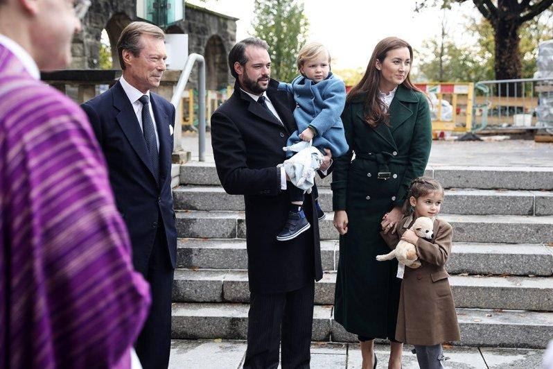 Prinz Félix und Prinzessin Claire besuchen mit ihren Kindern Liam und Amalia eine Gedenkveranstaltung. Großherzog Henri war ebenfalls vor Ort.  © Cour grand-ducale / Sophie Margue