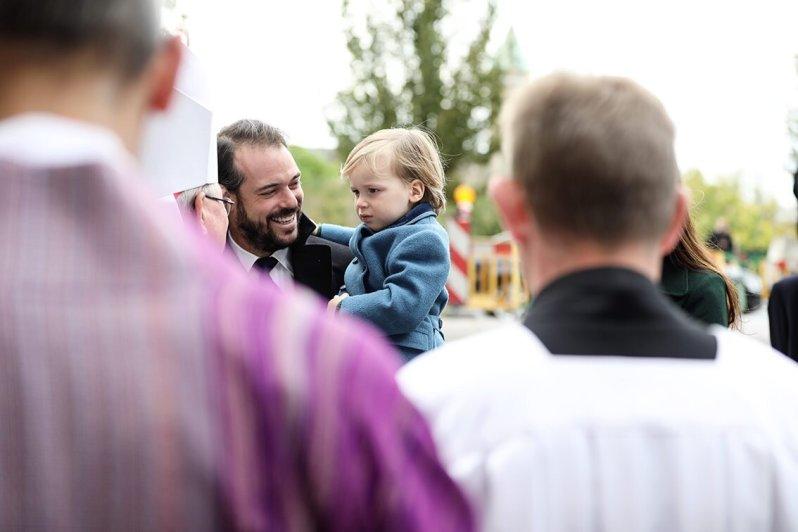 Skeptisch schaut Prinz Liam den Geistlichen an. Die vielen Menschen sind dem Kleinen offenbar nicht geheuer.  © Cour grand-ducale / Sophie Margue