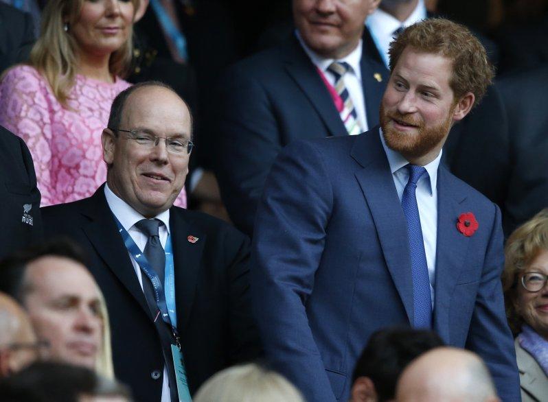 """Prinz Harry erklärte gegenüber Fürst Albert, dass er sich von den britischen Medien """"gemobbt"""" fühle.  © picture alliance / AP Photo"""