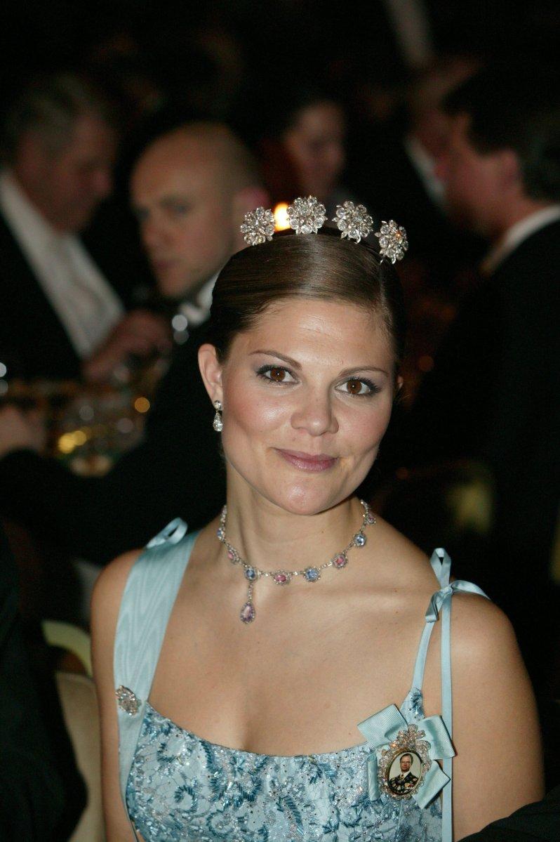 """Beim Nobelpreis-Bankett im Jahr 2003 sorgte Victoria von Schweden mit der """"Vier-Knopf""""-Tiara für einen strahlenden Auftritt. © picture alliance/IBL Schweden"""