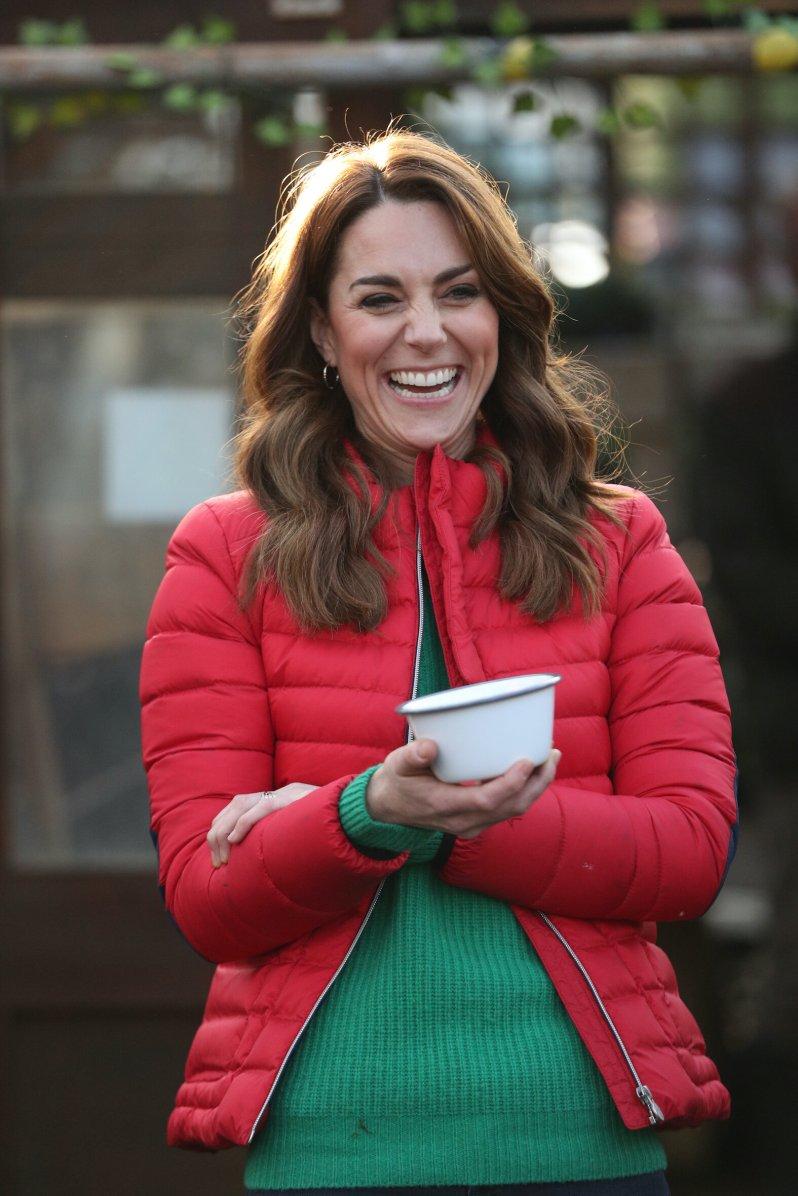 """Herzogin Kate erschien auf der """"Peterley Manor Farm"""" in einem weihnachtlichen Outfit. Die rote Daunenjacke stammt von """"Perfect Moment"""", der grüne Pullover von """"Really Wild"""".  © picture alliance / empics"""