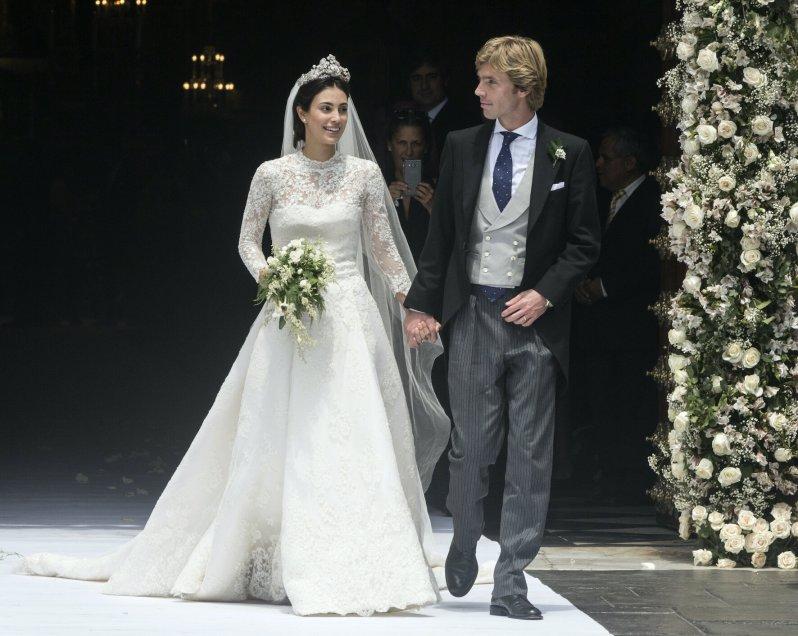 Alessandra von Hannover trug bei ihrer Hochzeit ein wunderschönes Spitzenkleid und die Hanoverian Floral Tiara, die in Deutschland auch als Blumen-Tiara bekannt ist.  © dpa