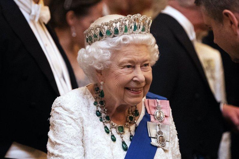 Bei diesem Schmuck von Queen Elizabeth könnte man glatt grün vor Neid werden.  © picture alliance / empics