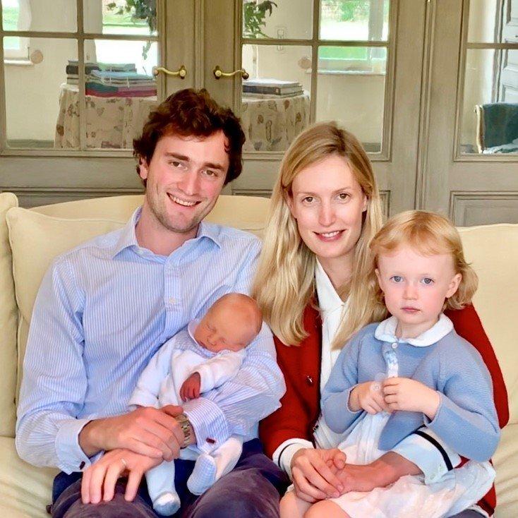Amedeo und Elisabetta haben mit ihren zwei kleinen Kindern Anna Astrid und Maximilian alle Hände voll zu tun.  © picture alliance/Hand Out Belgian Royal Palace/BELGA/dpa