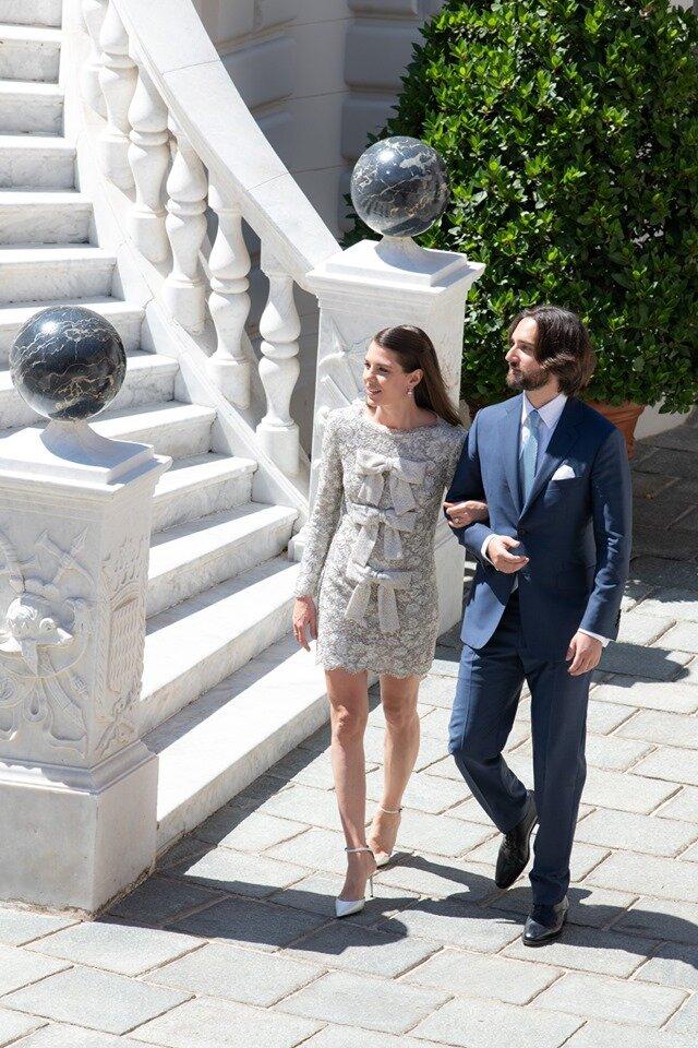 Charlotte Casiraghi gab ihrem Verlobten Dimitri Rassam in einem Kleid von Saint Laurent das Jawort. ©Eric Mathon / Palais princier
