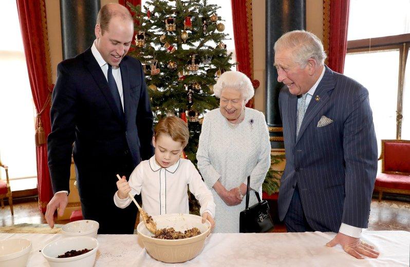 Die Queen und ihre Thronfolger in Weihnachtsstimmung. Prinz George rührt den traditionellen Christmas Pudding an.  © picture alliance / Photoshot