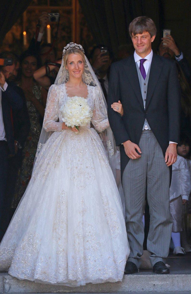 Ekaterina heiratete in einem märchenhaften Brautkleid samt Blumenstrickerei und Perlen-Applikationen. © picture alliance/Eventpress