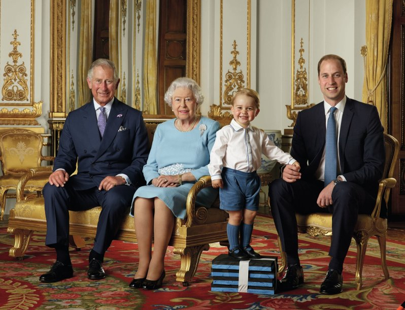 Im Jahr 2016 musste Prinz George noch auf einem Podest stehen. Seinem Geschmack für Hemden ist der kleine Royal aber treu geblieben.  © picture alliance / empics