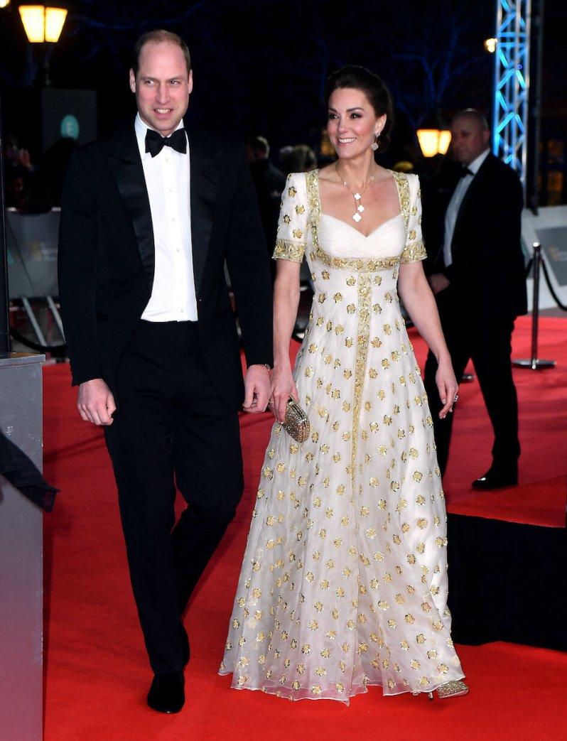 Herzogin Kate und Prinz William sind bester Laune, als sie über den roten Teppich der Royal Albert Hall gehen.  © picture alliance / empics