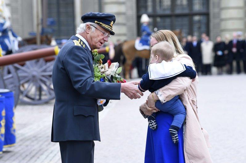 Eine langjährige Tradition: König Carl Gustaf feiert Geburtstag im Innenhof des königlichen Schlosses. Das Volk darf dem Monarchen persönlich gratulieren.  © picture alliance/IBL Schweden