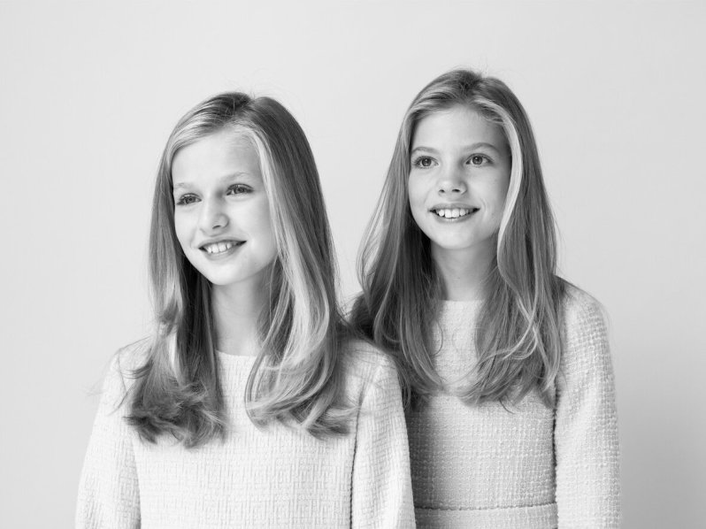 Nur auf dem Schwarz-Weiß-Foto wirken die Schwestern etwas gelöster. Prinzessin Leonor und ihre Schwester Prinzessin Sofia stehen sich sehr nahe.  © Casa de S.M. el Rey, Estela de Castro