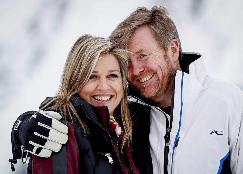 Kuscheln im Schnee: Auch nach 18 Jahren Ehe sind Königin Maxima und König Willem-Alexander ein Herz und eine Seele. © picture alliance / ANP