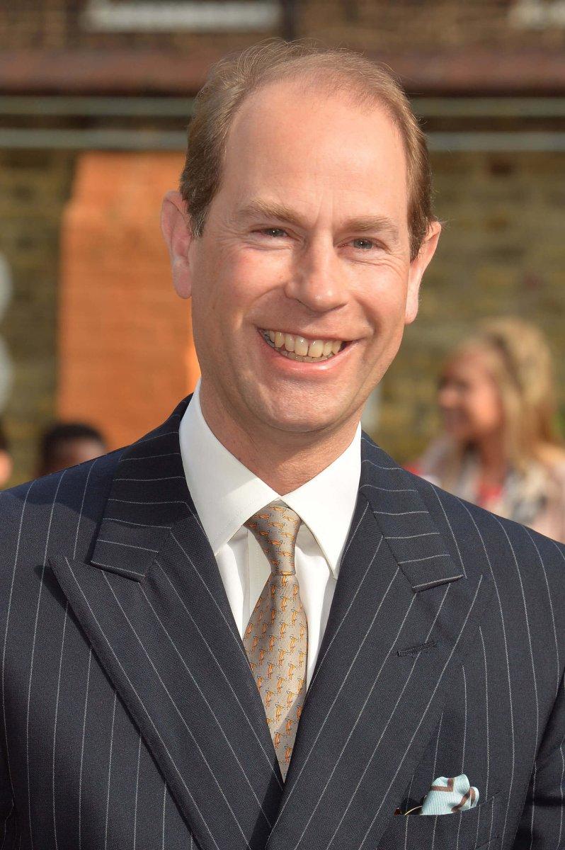 Nicht schlecht, Herr Specht. Prinz Edward schießt mit dieser Krawatte den Vogel ab. © picture alliance / empics