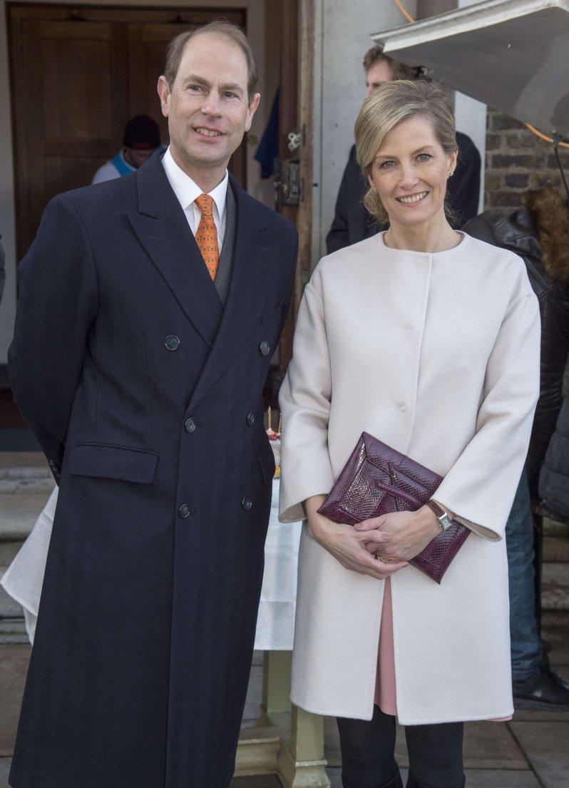 Warum Prinz Edward so viele extravagante Krawatten trägt? Offenbar will sich der Queen-Sohn humorvoll abheben. © picture alliance / empics