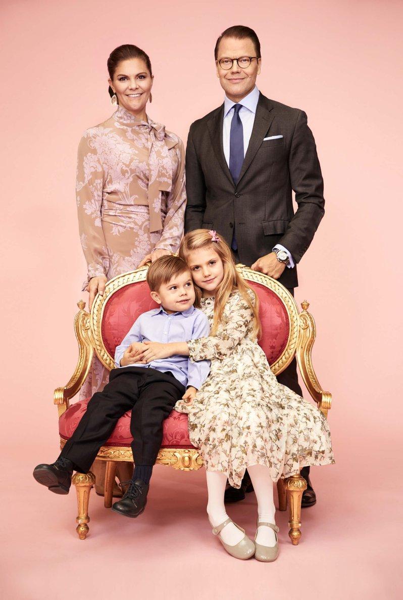 Kronprinzessin Victoria, Prinz Daniel und ihre Kinder Prinz Oscar und Prinzessin Estelle machen ihren Fans mit diesem Foto in schweren Zeiten eine Freude.  © Anna-Lena Ahlström, Royal. Hovstaatna