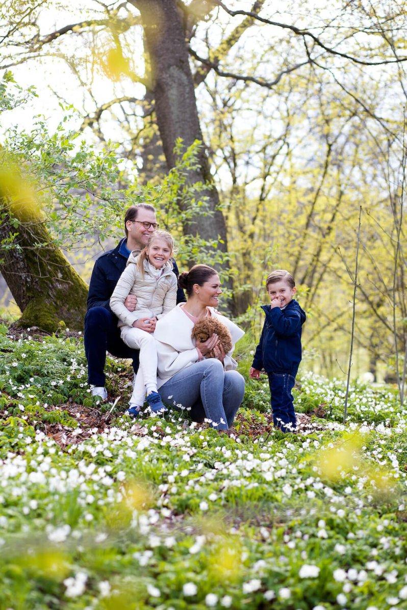 Überglücklich: Kronprinzessin Victoria und Prinz Daniel freuen sich mit ihren Kindern über den neuen Familienzuwachs.  © Sara Friberg/Kungl. Hovstaterna