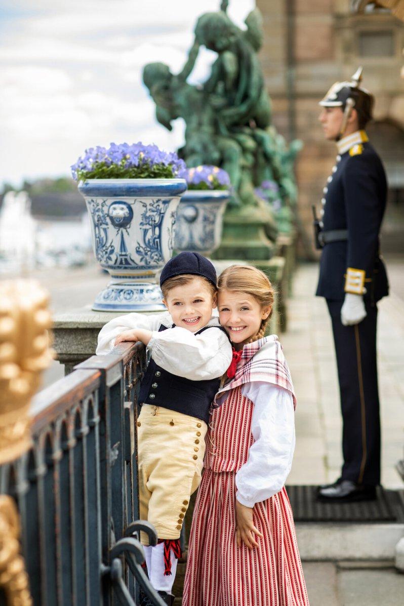 Prinzessin Estelle schaut etwas hilfesuchend in die Kamera, als Oscar am Geländer herumkraxelt. © Linda Broström Kungl. Hovstaatna