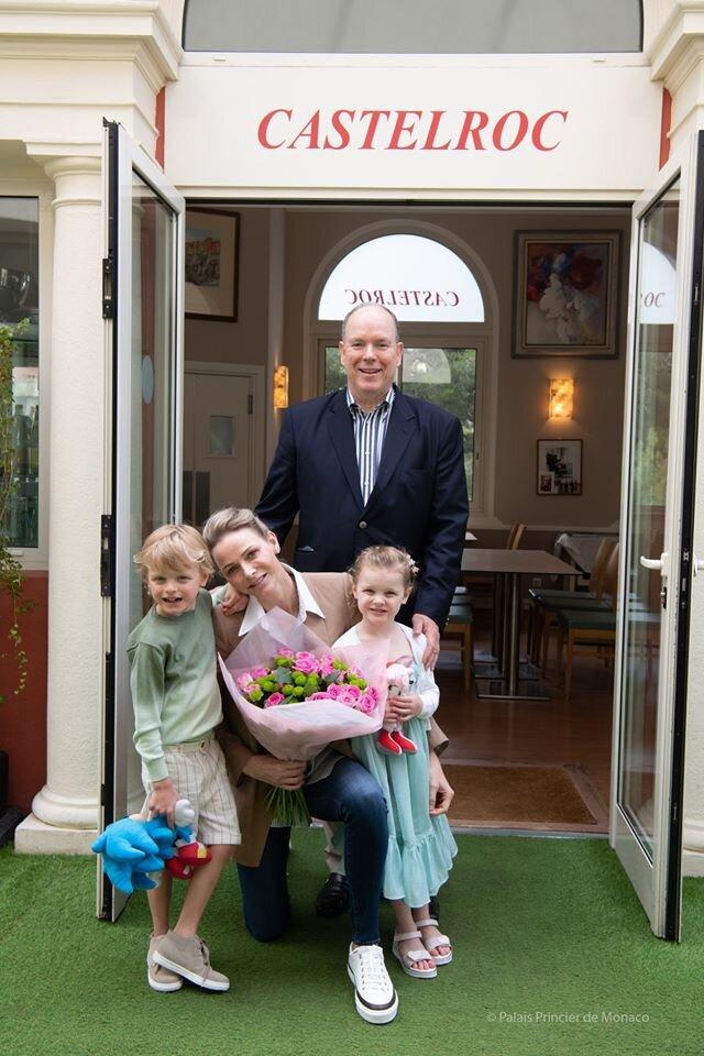 Familienausflug: Fürst Albert entführte seine Frau und die Kinder Prinz Jacques und Prinzessin Gabriella ins Restaurant. © Palais Princier de Monaco
