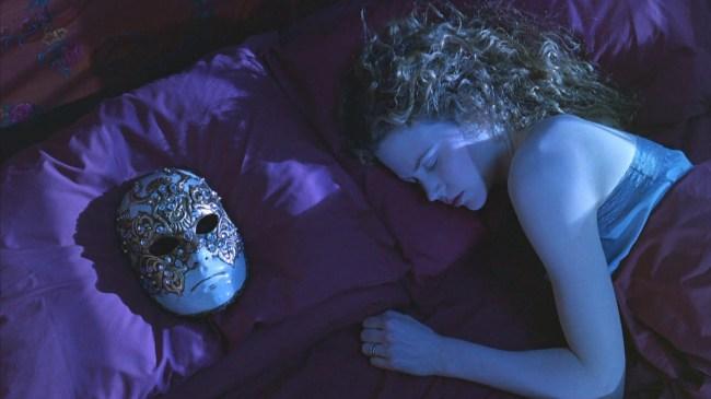 Nicole Kidman in bed met Venetiaans masker naast zich op hoofdkussen