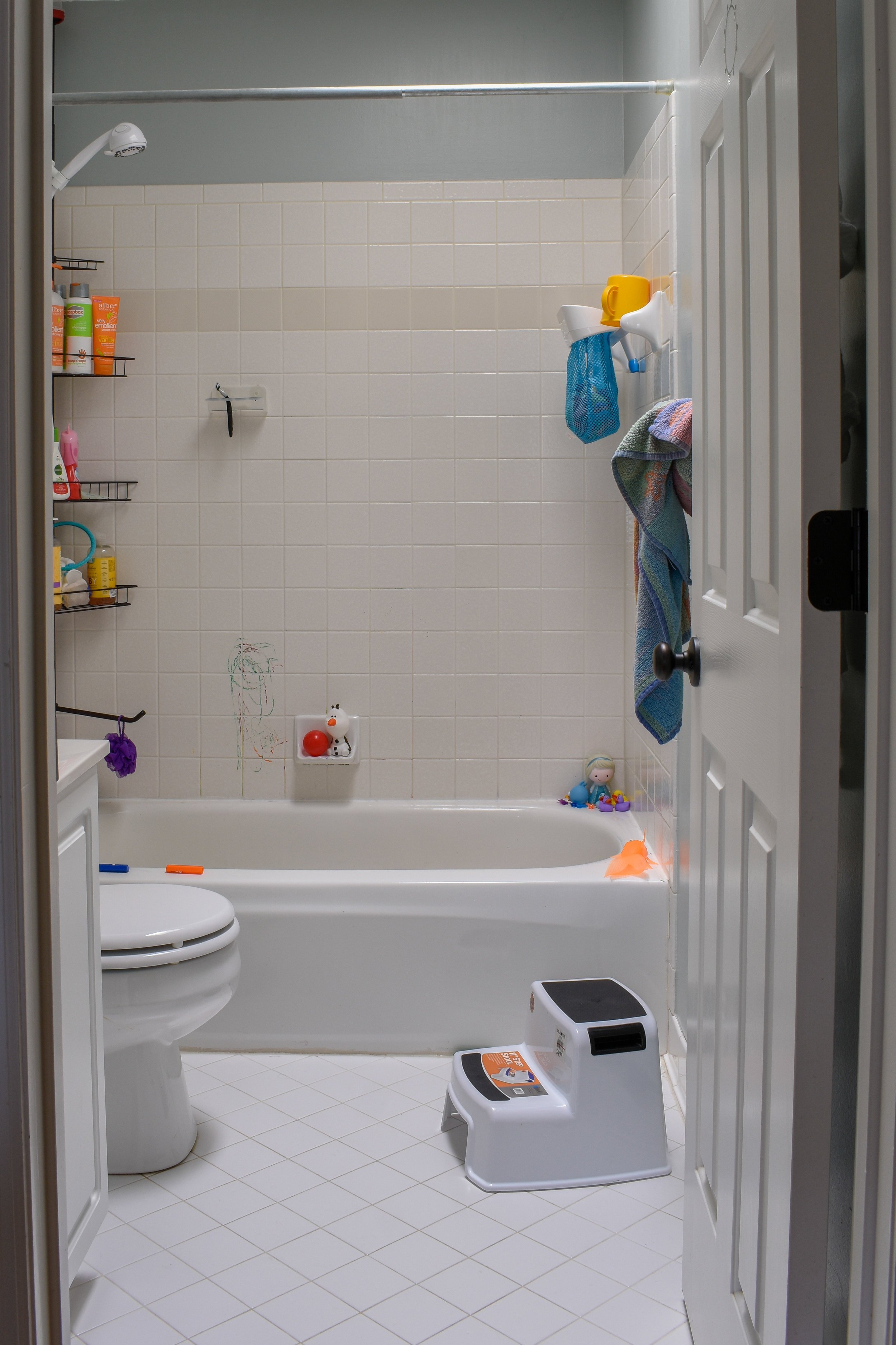 One Day Makeover Staging A Kid S Bathroom To Sell In Just 8
