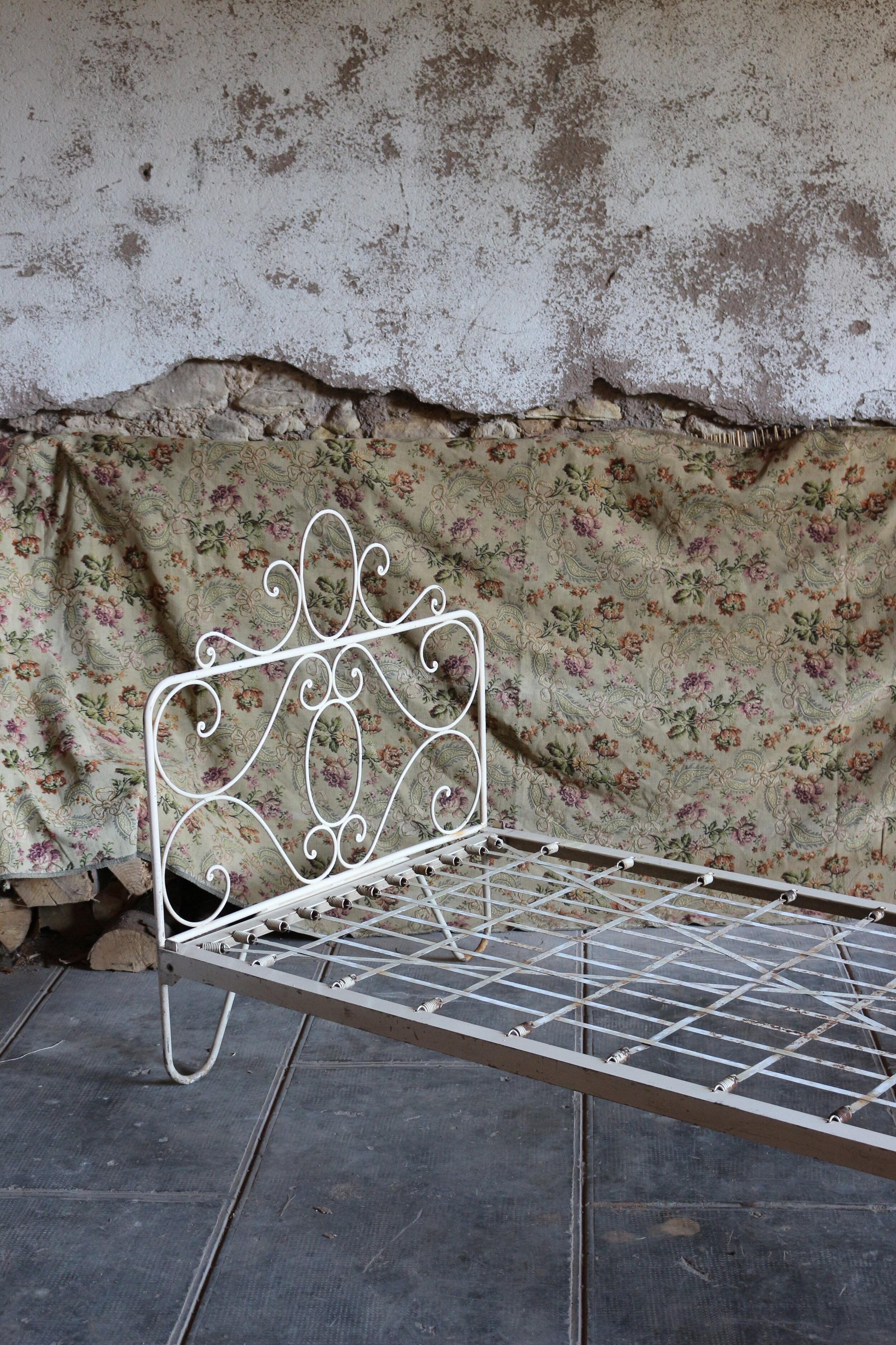 ancien lit en fer forge blanc doux aout