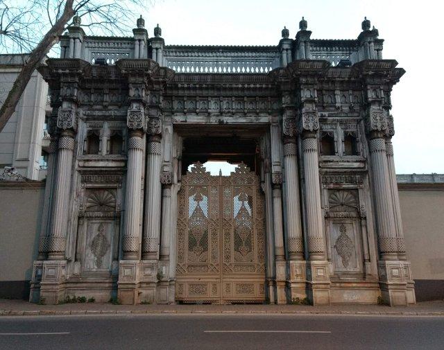 obsesión de amor - El museo de la inocencia es una de las obras más representativas del escritor turco Premio Nobel Orhan Pamuk.Una historia de amor llena de obsesiones y pasión, pero también de profundos análisis sobre la vida, la libertad y las tradiciones turcas.Conoce aquí el resumen, personajes y más datos sobre esta obra.