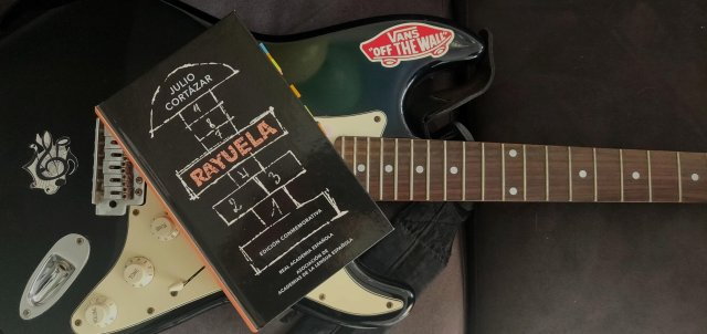 ¡jazzuela! - La música tiene en Rayuela un papel protagónico: está en las conversaciones de los personajes, es un tema en sí misma y afecta la narración en un estilo que toma elementos del jazz.Lee aquí cómo Cortázar integró la música y el jazz a su obra maestra.