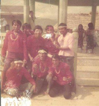 Estoy (cebaldo, sentado primero de izquierda a derecha) con amigos y cómplices de la obra teatral, escuela común, en algún febrero lejano (1975?) y en en el centro, Rengifo Navas, hoy Sagla Dummad (Cacique General) de la Comarca Kuna.