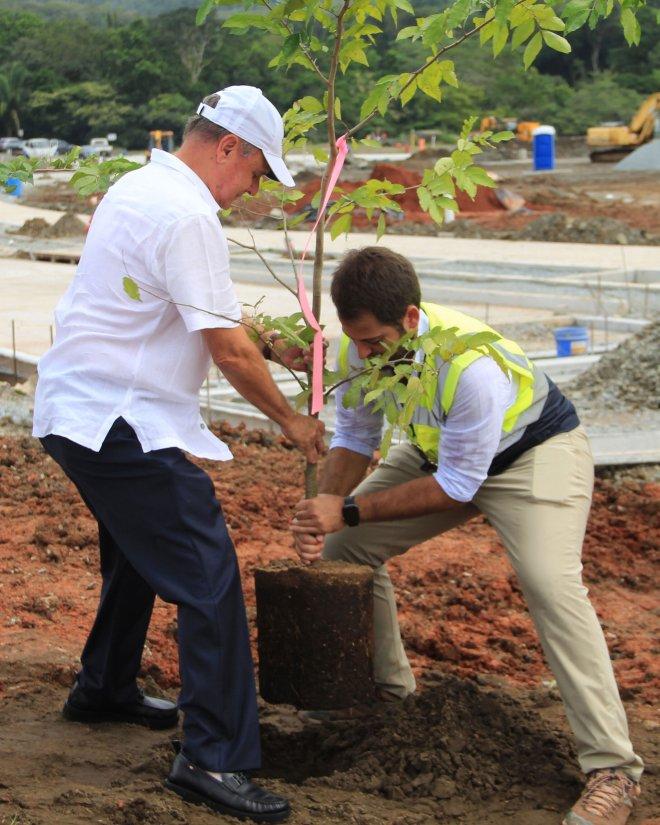 Henry Faarup Mauad y Henry Faarup Humbert sembrando el árbol Belisario Porras.