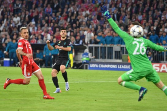 Marco ASENSIO (Real Madrid) scores the goal for the 1-2 versus Sven ULREICH, goalie (FC Bayern Munich), action, goal kick, left: RAFINHA (FC Bayern Munich). Champions League,…