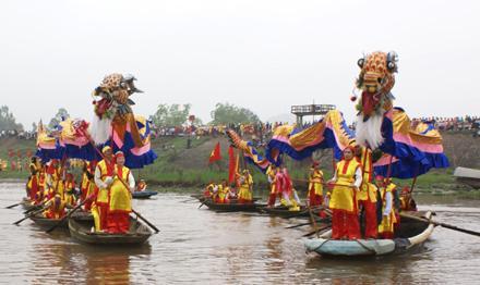 Lễ rước nước trên sông Hoàng Long vào dịp lễ hội đền Vua Ðinh - Lê (Hoa Lư, Ninh Bình).
