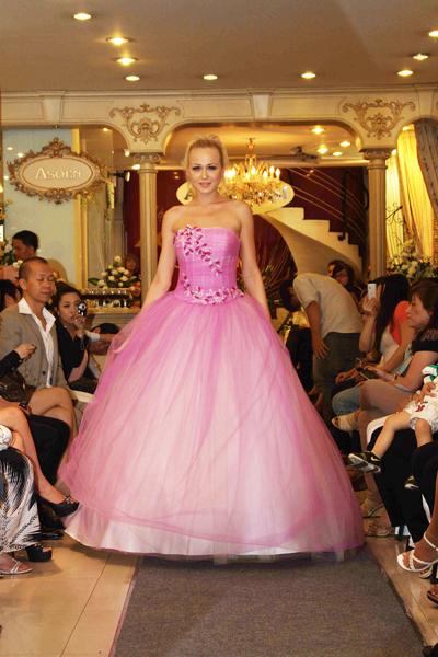 Mẫu áo cưới quyến rũ và đẹp mắt Xuân 2012, Thời trang,