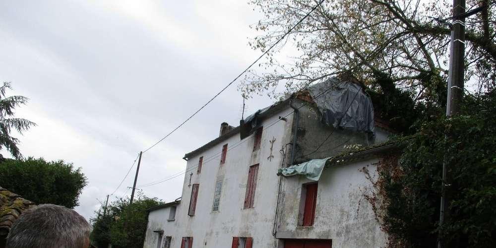 gros travail des pompiers mardi soir pour mettre hors d eau cette maison sur laquelle un peuplier s est abattu sous la force du vent