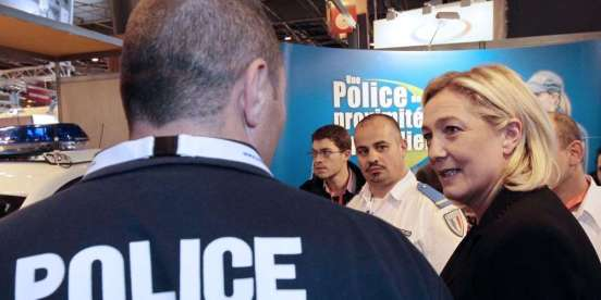 Марин Ле Пен и жандармы