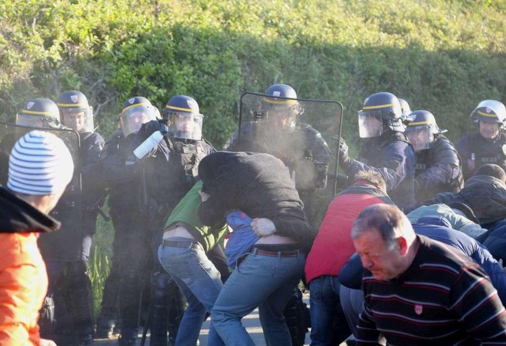 Vers 8h15, les CRS ont tenté de déloger les manifestants en utilisant des gaz lacrymogènes