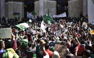 """Algérie : des centaines de milliers de manifestants pour demander le départ du """"système"""" au pouvoir"""