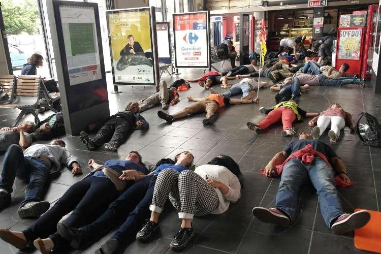 Plusieurs dizaines de cheminots se sont allongés dans le hall de la gare de Bayonne ce vendredi vers midi.