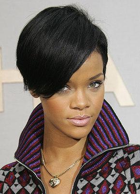 riga più laterale e frangia più vaporosa per un look elegante allevento parigino di Chanel