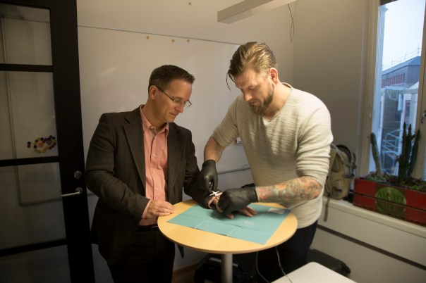 Resultado de imagen para Miles De Suecos Están Insertando Microchips